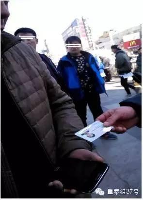 ▲邢台车站广场上,黄牛收取旅客的身份证。