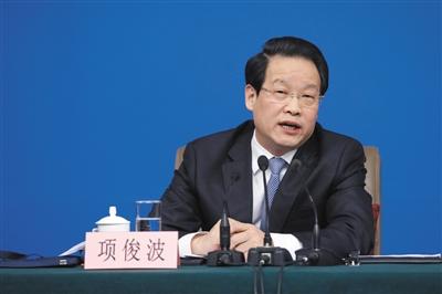 中国保险监督管理委员会主席项俊波正在回答中外记者提问。A04-A05摄影/新京报记者 侯少卿