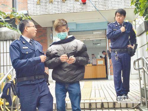 苏姓男子试图攻击警察被抓。来源:台湾《中国时报》