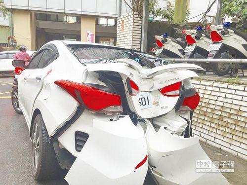车尾遭受严重撞击。来源:台湾《中国时报》