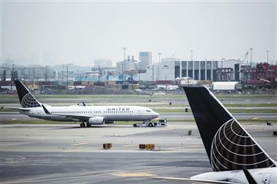 """停机坪上的美联航航班。中国消费者王扬因""""美元境外预授权消费""""存疑,向美联航维权遭遇困难。 图/CFP"""