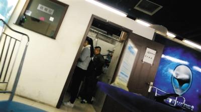 3月12日下午,中关村科贸城,新京报记者在李雄刷卡的商铺,花了5500元,购买了一部iPhone 6S Plus,后被证实并非原版手机,苹果售后拒绝提供服务。新京报记者 李强 摄