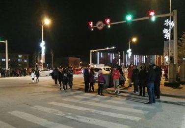 地震后,当地居民聚集在室外道路上。