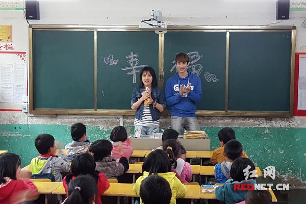 《因为爱情有幸福》剧组携快乐课桌捐赠山里