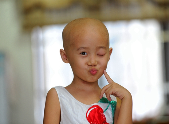 郭言生前叫自己小巨人,她要打败病魔   善款全部捐给市红十字会   郭玉慧今年37岁,是东莞第四高级中学的老师,甘丽比他小一岁。2011年1月12日,女儿郭言来到这个世界,小家庭里充满了欢乐。然而2015年12月1日,一个噩耗击碎了这一切,郭言的左眼被广州中山大学眼科医院确诊患上眼癌。两天后,她的左眼球被摘除。去年暑假,癌症不幸复发。但即便如此,5岁的小女孩仍然坚强乐观,她叫自己小巨人,说要打败病魔。哪怕因为化疗变成了小光头,她也不害怕,还经常会做出各种各样搞怪的动作。