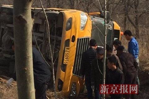 校车侧翻现场在营救。