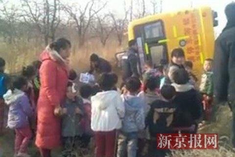 校车侧翻后,儿童被救出。
