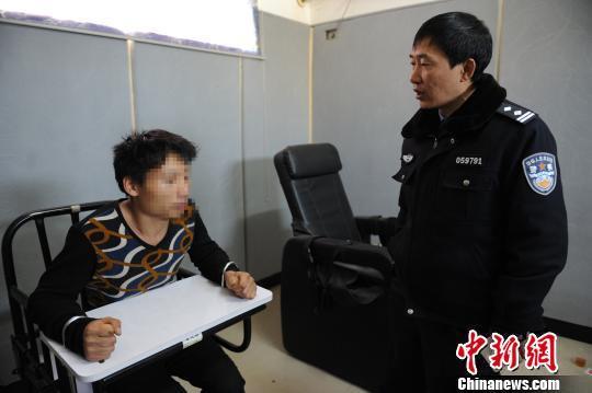 资料图 :毒驾男子接受警方调查 曹晖 摄