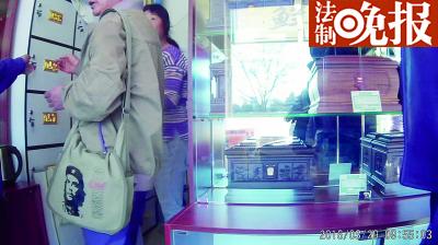 付完钱后,记者将骨灰盒存入仙古堂店