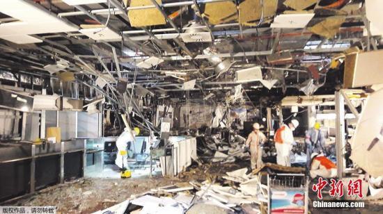 资料图:布鲁塞尔遭遇恐怖袭击的机场内部照片。机场内,建筑残骸遍地,损失惨重一片狼藉。
