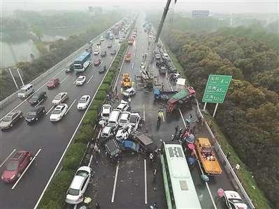 4月2日13时,江苏境内沪宁高速常州段发生多车连环相撞的交通事故.