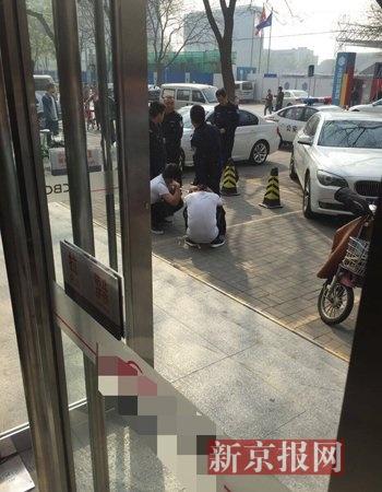 警方将两名女子拷走。目睹者供图