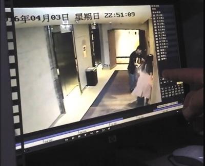 """弯弯在电梯旁翻找房卡时,一名男子从电梯走出""""搭讪""""。"""