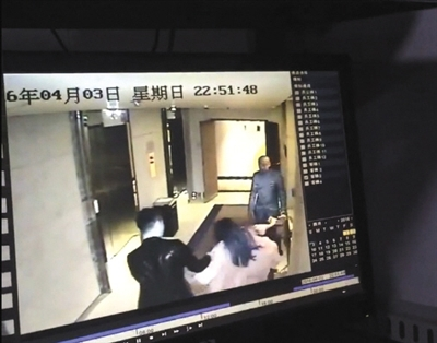 弯弯被男子强行拖拽后,大声喊叫,引来一名酒店工作人员。