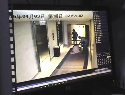 男子试图将弯弯拖至楼梯间,被一名房客阻止。监控视频截图