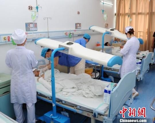 图为广东惠州一农贸市场发生煤气爆炸伤9人正在医院治疗。 康孝娟 摄