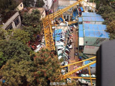 东莞:大风吹倒工地龙门架压倒公棚 致12死2失