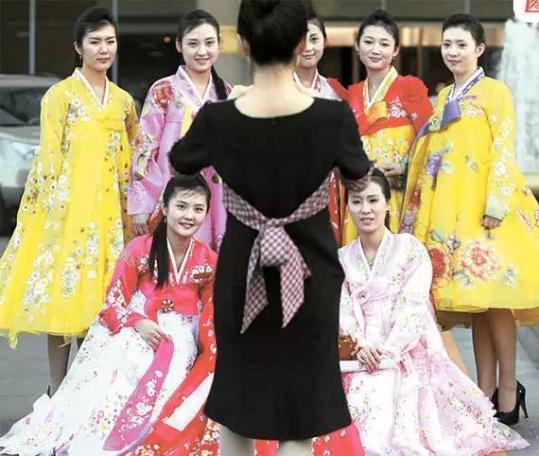 鲜驻华大使馆附近的餐厅内朝鲜女服务员们的团体照片。