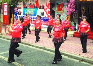 大妈广场舞表演。广州日报记者庄小龙 摄