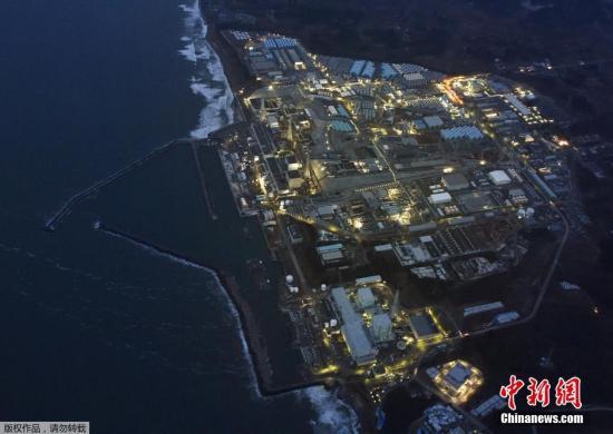 """资料图:当地时间2016年3月10日,,""""3-11""""大地震5周年纪念日的前一天,福岛第一核电站在黄昏中停运亮灯的场景。福岛第一核电站位于大熊町,曾在""""3-11""""大地震引发的海啸中受损。"""