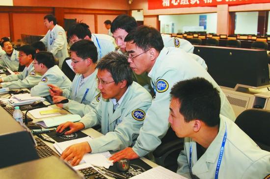 """科技人员在执行""""神舟八号""""任务。(资料图片)"""