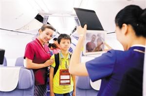 深航机场服务排名第一。图为深航乘务员为无陪儿童提供贴心服务。资料图片