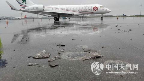 桂林两江机场停机坪遭遇雷击,水泥地面被劈开