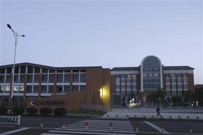 昨日,常州外国语学校。该校日前被曝出建在污染地块旁,近500名学生身体异常。 新京报记者 王嘉宁 摄
