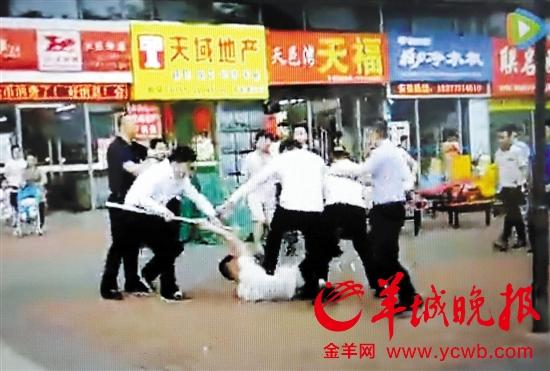 两家中介混战 王俊伟摄(翻拍视频)警方鸣枪才制止住混乱场面,七人被拘留