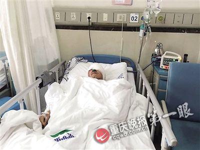 黄祖军躺在病院病床上
