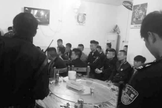 """4月17日,宁乡县巷子口镇,民警现场控制30多名涉嫌敲诈勒索的犯罪嫌疑人。 图/微信公众号""""宁乡公安"""""""