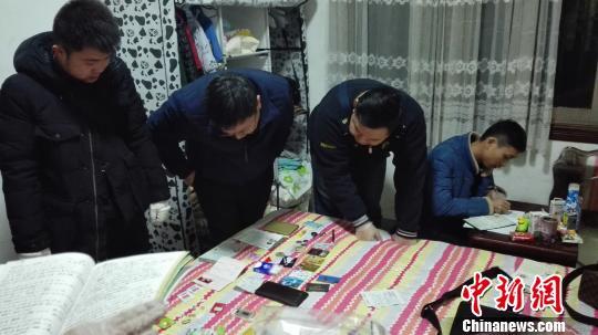 图为专案组民警收集取证。 钟欣 摄