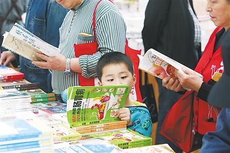 手绘地图出炉 带你找到读书好去处 一位老人在选购书籍 昨日,渝中区