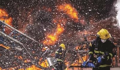 消防胡匪在火警现场奋力抢险。 泰州消防微博图像
