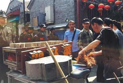 综合执法人员暂扣了一家湘菜馆的经营工具,拆除了店铺招牌以及广告灯箱。新京报记者 郭超 摄