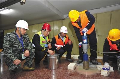 4月25日凌晨,地铁1号线南礼士路站加装屏蔽门工程正式开工。北京地铁公司供图