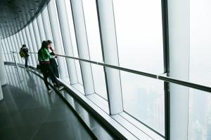 """人们在""""上海中心""""119层观光层参观。"""