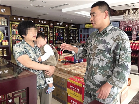昨日,指导员王振部上门看望被救的孩子。