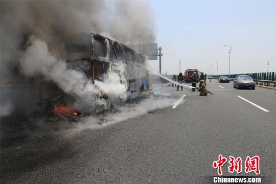 杭州湾跨海大桥一载有19人大客车烧成空架。 何蒋勇 摄