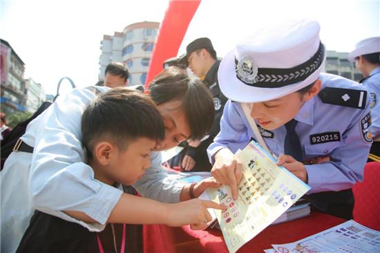 近日福安市顺利开展有关于平安建设主题宣传的活动