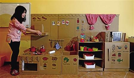 中学英语老师DIY纸板厨房 给1岁女儿当生日礼