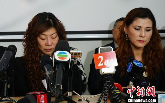 张梅(左)在见面会上泣不成声。 眭黎曦 摄