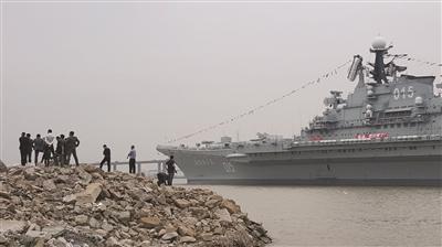 """昨天人们在江堤上近距离围观""""明思克""""号。郭小川 摄"""