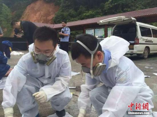 5月10日,福建三明市公安局抽调13名法医正对罹难者尸体收集DNA样本,停止身份识别。 图像来历:三明警方供图