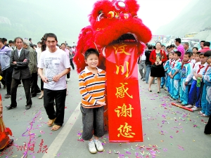 小林浩在欢送广东援建汶川队伍时的留影。(资料图片)