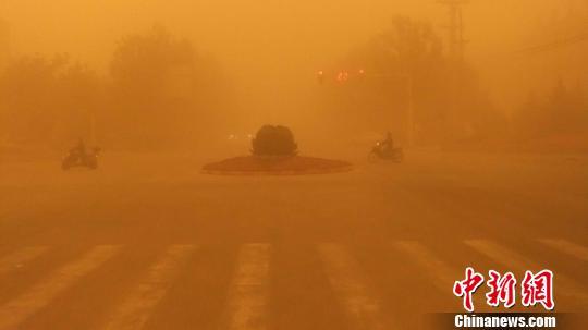 图为遭遇沙尘暴侵袭的且末县城。 热孜玩古丽·司马义 摄