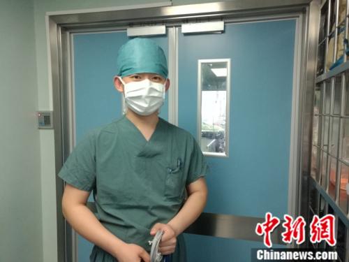 """29岁的白晓光是北京大学人民医院麻醉科护士,作为手术室为数不多的""""男丁"""",白晓光在同事眼中是个""""超人""""。张尼 摄"""