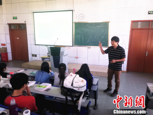 护士节前夕,闫升荣回到母校首都医科大学燕京医学院,与学生们分享心得。 张尼 摄