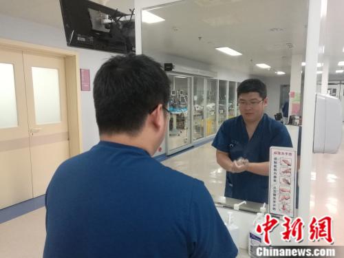 首都医科大学附属北京朝阳医院护士张新明张尼 摄