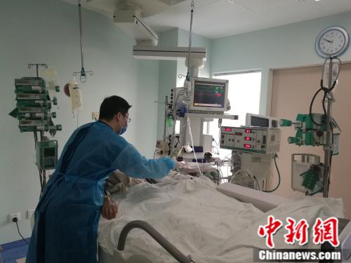 """在同事眼中,张新明是个""""暖男"""",为病人做清洁护理时十分细心。 张尼 摄"""